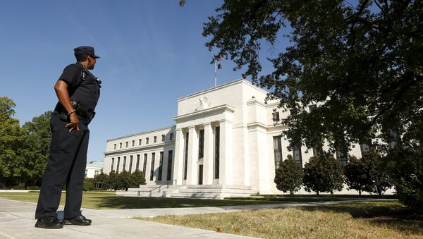 A Federal Reserve police officer keeps watch while posted outside the Federal Reserve headquarters in Washington September 16, 2015 - Sputnik International