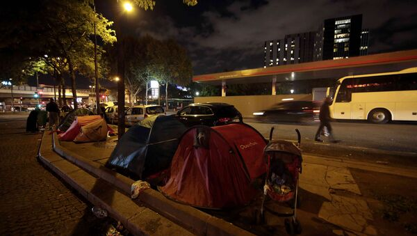 A view shows tents at a makeshift camp on a street where Ehab Ali Naser, a 23 year-old Syrian refugee, lives, in northern Paris, France, September 16, 2015. - Sputnik International