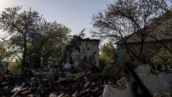 Destroyed houses in the village of Zhelobok, Lugansk Region - Sputnik International