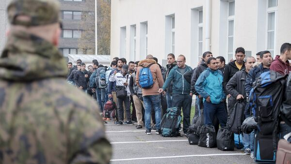 Asylum seekers arrive at a refugee reception centre in the northern town of Tornio, Finland September 25, 2015 - Sputnik International