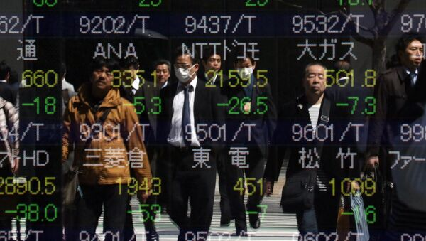 Pedestrians are reflected in the window of a securities company shows the numbers of the Tokyo Stock Exchange in Tokyo on March 26, 2015 - Sputnik International
