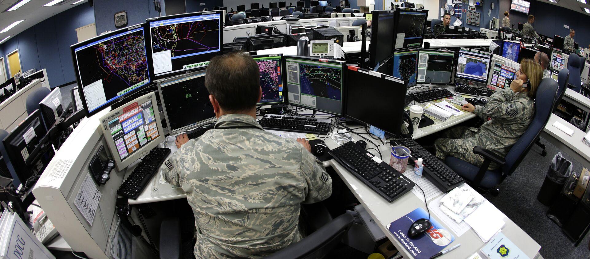 Air National Guard soldiers monitor computer screens - Sputnik International, 1920, 30.07.2021