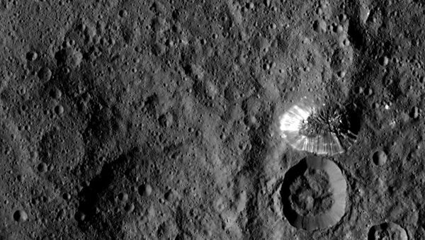 Giant mountain next to crater on Ceres - Sputnik International