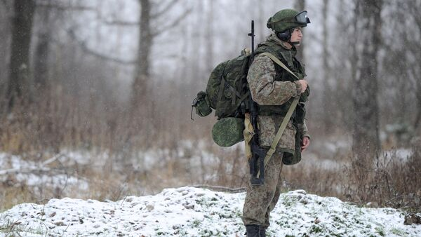 A soldier demonstrates the Ratnik Soldier Combat Equipment Set during a military exercise at Alabino range, Moscow Region. - Sputnik International