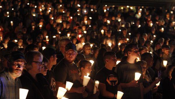 People take part in candle light vigil following a mass shooting at Umpqua Community College in Roseburg, Oregon October 1, 2015 - Sputnik International