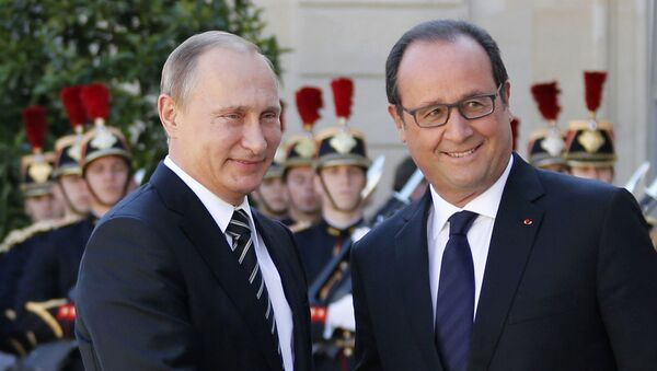 French President Francois Hollande (R) welcomes Russia's President Vladimir Putin as he arrives attend a summit to discuss the conflict in Ukraine at the Elysee Palace in Paris, France, October 2, 2015 - Sputnik International