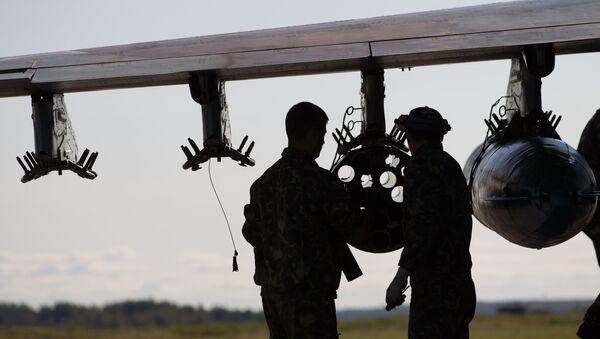 Servicemen near Su-25 aircraft - Sputnik International