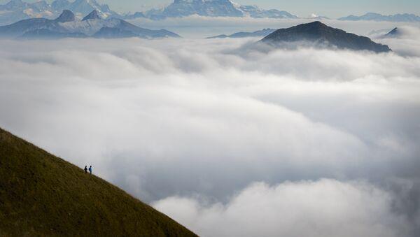 Tourists face a sea of mist engulfing the Alpes from the Moleson peak, Western Switzerland on September 26, 2015 - Sputnik International
