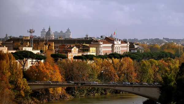 View of the Tiber river in Rome where tree leaves bear their Autumn colors - Sputnik International