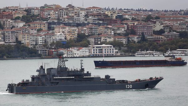 Russian Navy's large landing ship Korolev sails in the Bosphorus, on its way to the Mediterranean Sea, in Istanbul, Turkey, October 1, 2015 - Sputnik International