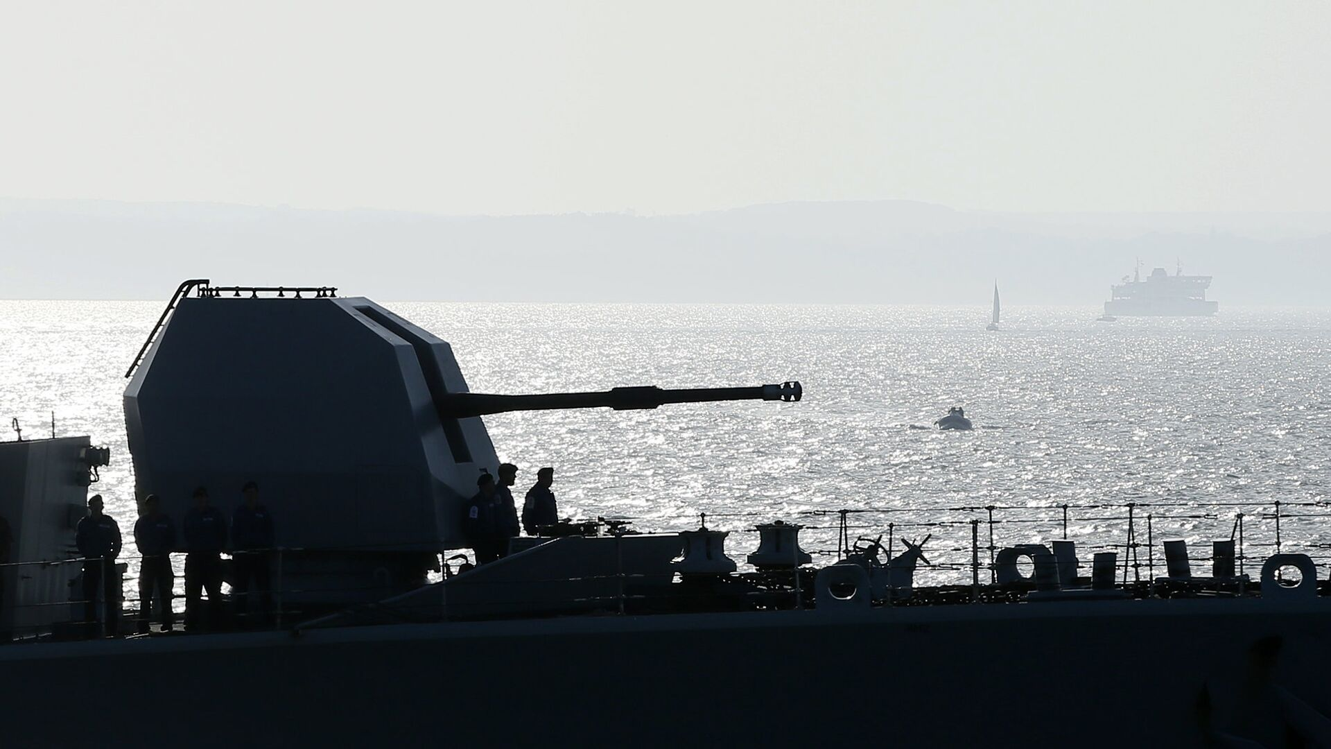Sailors aboard HMS Richmond stand next to the forward gun as they enter Portsmouth harbor in Portsmouth, England, Friday, Oct. 31, 2014. - Sputnik International, 1920, 27.09.2021