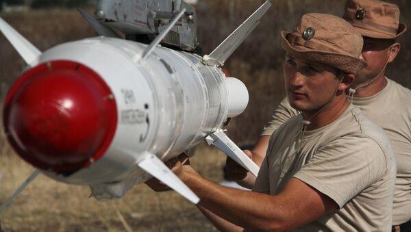 Russian servicemen attach a Kh-25 high-precision missile to a Su-24 aircraft at the Khmeimim airbase in Syria. - Sputnik International
