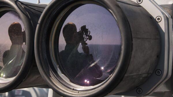 Quartermaster 2nd Class Scott Loydon, from St. Petersburg, Fla., uses a sextant to chart the course of the amphibious transport dock ship USS New Orleans (LPD 18). - Sputnik International