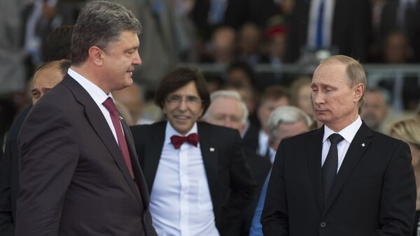 Ukraine's President-elect Petro Poroshenko (L) walks past Russia's President Vladimir Putin (R) during an international D-Day commemoration ceremony on the beach of Ouistreham, Normandy, on June 6, 2014 - Sputnik International
