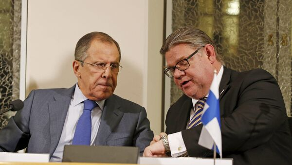 Russia's Foreign Minister Sergei Lavrov (L) and Finland's Foreign Minister Timo Soini talk during a news conference after their bilateral meeting at Oulu City Hall, October 14, 2015 - Sputnik International