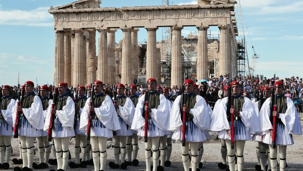 Greek Evzoni presidental guards attend the hoisting of the Greek flag ceremony atop the ancient Acropolis on October 12, 2015, marking the anniversary of the liberation of Athens from the German Nazi occupation in 1944. - Sputnik International