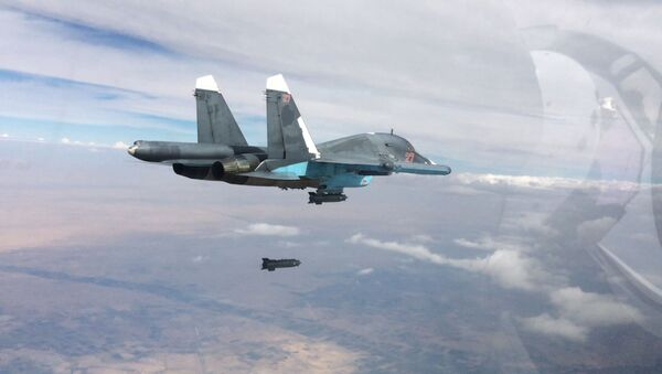 Russian Su-34 fighter-bomber aircraft carries out a strike against Daesh forces in Syria. - Sputnik International