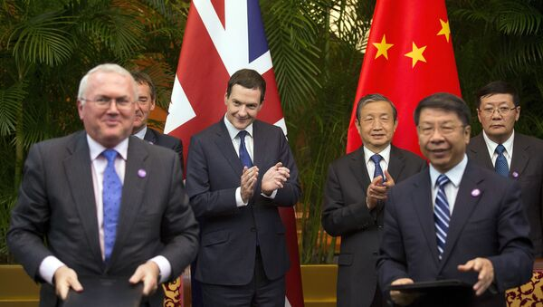 Britain's Chancellor of the Exchequer George Osborne, center left, and Chinese Vice President Ma Kai, center right, applause as they witness a signing ceremony of the 7th China-UK strategic economic dialogue Roundtable on Public-Private Partnerships at Diaoyutai State Guesthouse Monday, Sept. 21, 2015 in Beijing. - Sputnik International