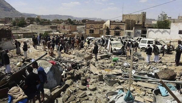 People gather at the site of Saudi-led airstrikes in Sanban, a region in Dhamar province 113 km (70 miles) southeast of the capital, Sanaa, Yemen, Thursday, Oct. 8, 2015. - Sputnik International