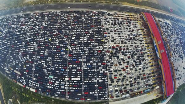 Vehicles are seen stuck in a traffic jam near a toll station as people return home at the end of a week-long national day holiday, in Beijing, China, October 6, 2015 - Sputnik International