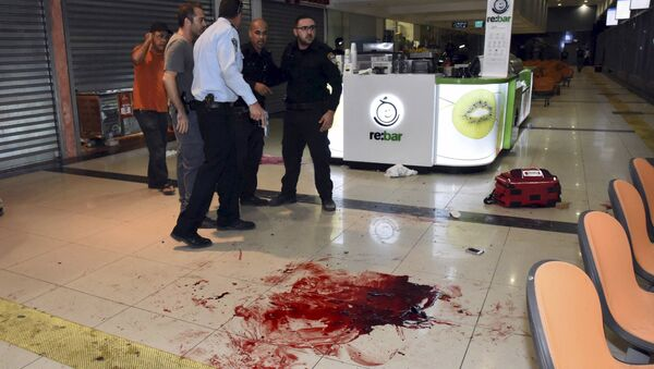Israeli security personals stand next to blood on the floor, at the Beersheba central bus station where a Palestinian gunman went on a stabbing and shooting rampage, October 18, 2015. - Sputnik International