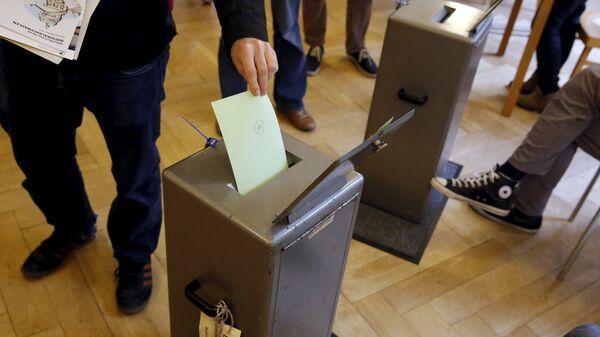 People cast their vote in a school house in Bern, Switzerland, October 18, 2015. - Sputnik International