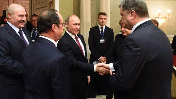 Russian President Vladimir Putin (C) shakes hands with Ukrainian President Petro Poroshenko (R) during a meeting on February 11, 2015 in Minsk - Sputnik International