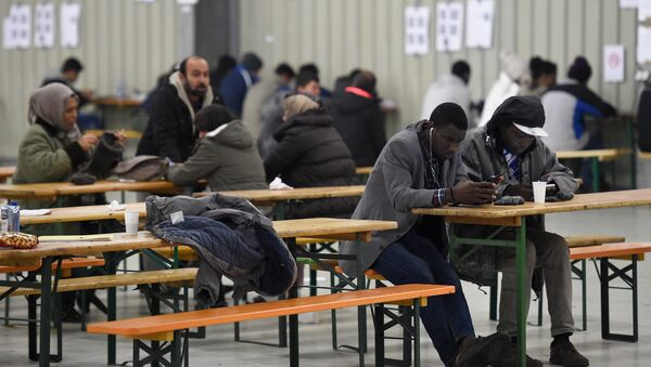 Migrants use their cell phones in a canteen in a refugee camp in Celle, Lower-Saxony, Germany October 15, 2015. - Sputnik International