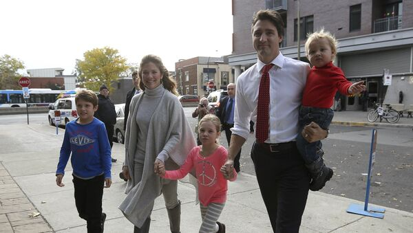 Liberal leader Justin Trudeau arrives at the polling station with his wife and children. - Sputnik International