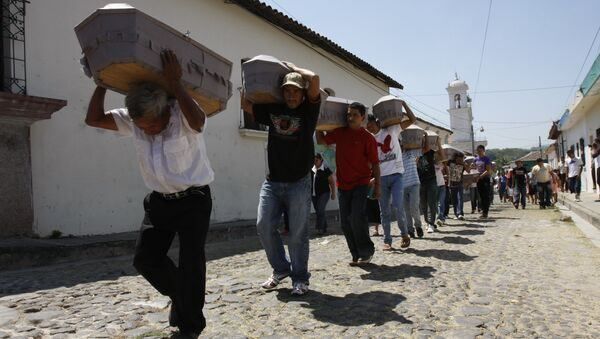 People carry the coffins containing the remains of civil war victims to the local cemetery in Suchitoto. - Sputnik International