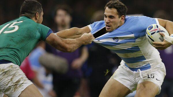 Ireland's Rob Kearney, left, grabs the shirt of Argentina's Joaquin Tuculet - Sputnik International