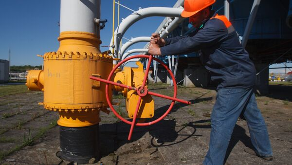 An employee tightens the valve on a pipeline at the Bilche-Volytsko-Uherske underground gas storage facility, the largest in Europe, not far from the village of Bilche village, in the Lviv region of western Ukraine, on May 21, 2014 - Sputnik International
