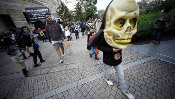 A child wearing a big skull participates a Halloween costume festival in Tokyo, Saturday, Oct. 25, 2014 - Sputnik International