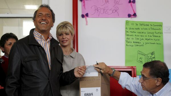 Presidential candidate Daniel Scioli of Front for Victory ruling party casts his vote next to his wife Karina Rabolini at a polling station in Buenos Aires, October 25, 2015. - Sputnik International