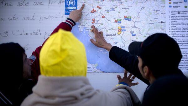 Migrants look at a map of the Western Balkans, in a registration camp, near Gevgelija on October 27, 2015. - Sputnik International