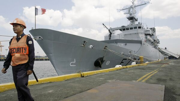 A Filipino security personnel keeps guard outside French surveillance frigate, Vendemiaire, as it docks at Manila's south harbor, Philippines on Wednesday March 18, 2009. - Sputnik International