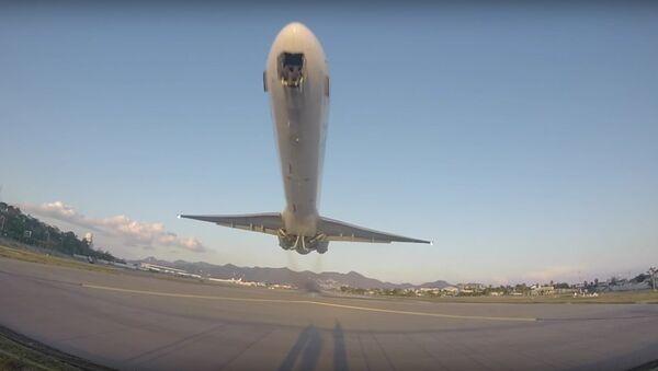 MD-80 Low Takeoff From Princess Juliana Airport - Sputnik International