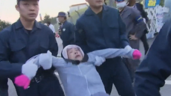 Police Drag Away Japanese Seniors Protesting US Military Base Relocation - Sputnik International