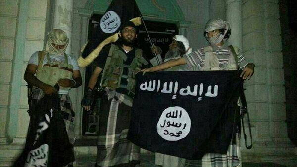 A picture taken with a mobile phone early on May 24, 2014 shows Al-Qaeda militants posing with Al-Qaeda flags in front of a museum in Seiyun, second Yemeni city of Hadramawt province, after launching a massive pre-dawn assault that killed at least 15 soldiers and police - Sputnik International