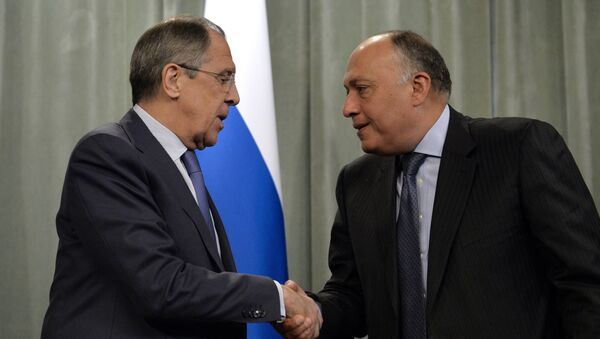 Russia's Foreign Minister Sergei Lavrov (L) shakes hands with his Egyptian counterpart Sameh Shoukry during a press conference following a meeting of a delegation of the ministerial contact group of the Organization of Islamic Cooperation (OIC) on Palestine and East Jerusalem in Moscow on February 26, 2015. - Sputnik International