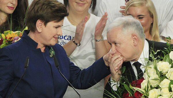 Conservative Law and Justice leader Jaroslaw Kaczynski kisses hand Justice candidate for the Prime Minister Beata Szydlo, left, at the party's headquarters in Warsaw, Poland, on Sunday, Oct.25, 2015 - Sputnik International
