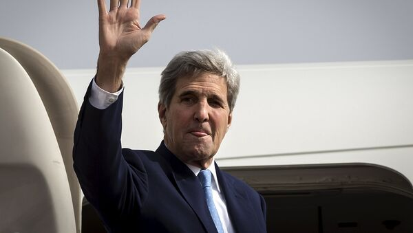 U.S. Secretary of State John Kerry waves at the top of the stairs while he boards his plane to head back to the United States, in Riyadh, Saudi Arabia, October 25, 2015 - Sputnik International