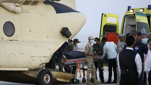 An Egtptian search and rescue crew transfers the body of a victim of a plane crash from a civil police helicopter to an ambulance at Kabrit airport in Suez, 100 kilometers east of Cairo, Egypt, Saturday, Oct. 31, 2015 - Sputnik International