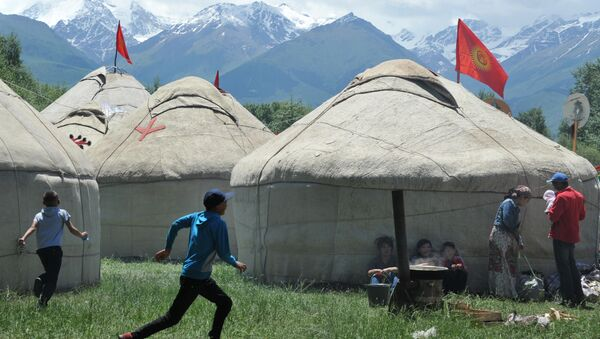 Boys run in front of yurtas (nomad's tent) during the 5th International Festival of Kyrgyz National Applied Arts in the village of At-Bashi, 400 km from Bishkek, on June 28, 2015 - Sputnik International