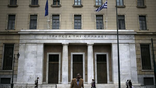 People make their way next to the headquarters of Bank of Greece in central Athens, Greece, October 30, 2015 - Sputnik International