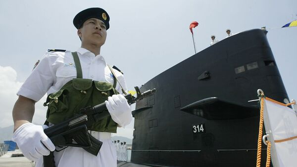 A member of the PLA Navy Task group guards a Chinese PLA Naval submarine berthed in Hong Kong waters 30 April 2004 - Sputnik International