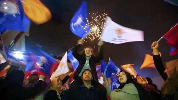 People wave flags outside the AK Party headquarters in Istanbul, Turkey November 1, 2015 - Sputnik International