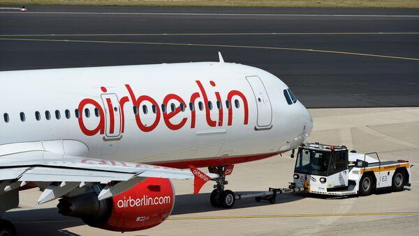 A photo taken on August 3, 2015 shows an Airbus of German airline Air Berlin on the runway in Duesseldorf, western Germany. - Sputnik International