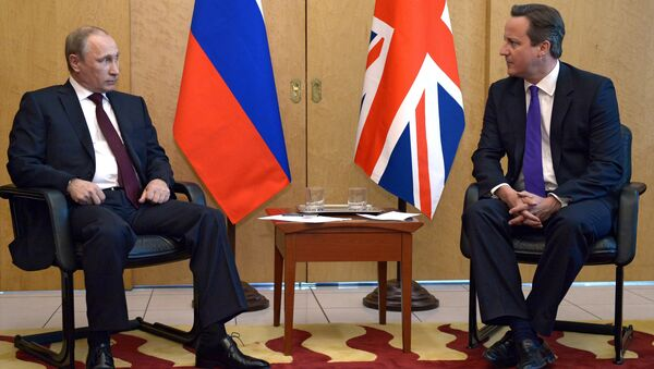 Russia's President Vladimir Putin (L) speaks with Britain's Prime Minister David Cameron (R). - Sputnik International