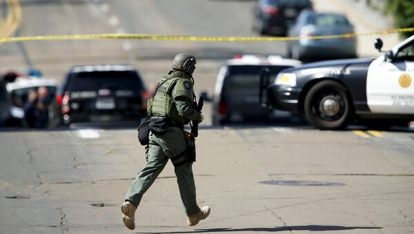 A SWAT team officer moves into position at the scene of an active shooting with a suspect with a high powered rifle in the Bankers Hills section of San Diego, California, November 4, 2015. - Sputnik International